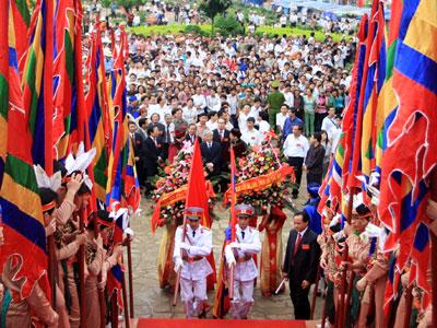 Người dân nô nức về lễ hội