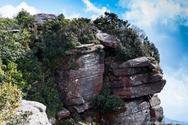 Các vách đá kì dị trên đỉnh núi