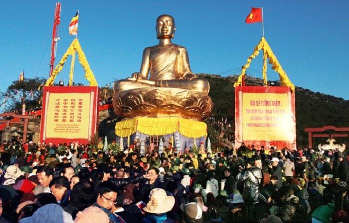 Hàng ngàn Phật tử tụ hội về lễ hội Yên Tử 2017