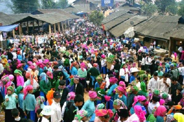 Lễ hội chợ Tình đông như chảy hội